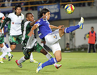 BOGOTA-COLOMBIA-3-02-2013 . Fredy Montero (Derecha) de Los Millonarios disputa el balón  con Darwin Andrade (Izquierda) de Seguros La Equidad. Millonarios ganó tres goles a uno en el primer partido de la Liga Postobón. . Fredy Montero (right) of millionaires fights for the ball with Darwin Andrade (left) Equity Insurance. Millionaires won three goals to one in the first game of the League Postobón.(Photo / VizzorImage / Felipe Caicedo / Staff).