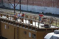 SAO PAULO, SP, 16/06/2012, MANUTEN&Ccedil;&Atilde;O LINHAS CPTM.<br /> <br /> Neste final de semana as linhas da CPTM passaram por manuten&ccedil;&atilde;o, na foto operarios fazem vistorias na rede eletrica.<br /> <br />  Luiz Guarnieri/ Brazil Photo Press.