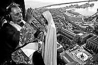 L'Arcivescovo di Catania, Mons. Luigi Bommarito, benedice dall'alto la citt‡. Nella foto l'elicottero sopra piazza duomo. Fabrizio Villa