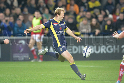 18.12.2016. Stade Marcel Michelin, Clermont-Ferrand, France. European Champions Cup Rugby. Clermont Auvergne versus Ulster.  Nike Abendanon (asm)  kicks forward for field position