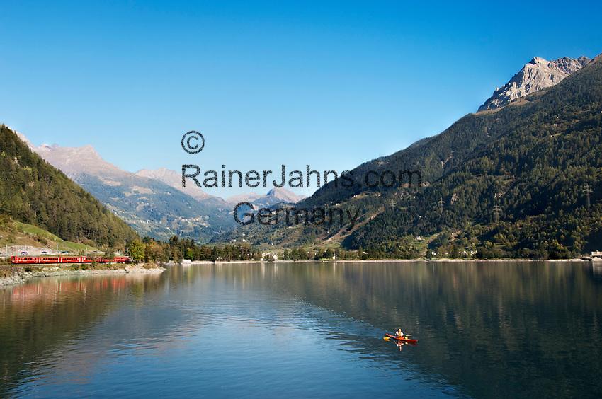 Schweiz, Graubuenden, bei Puschlav (Poschiavo) im Puschlavtal (Val Poschiavo) der Bernina-Express am Puschlaversee (Lago di Poschiavo) und ein Kanute zieht einsam seine Spur ueber den See | Switzerland, Graubuenden, near Poschiavo at Val Poschiavo with Bernina Express at Lago die Poschiavo