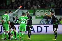FUSSBALL   1. BUNDESLIGA    SAISON 2012/2013    13. Spieltag   VfL Wolfsburg - SV Werder Bremen                          24.11.2012 Schiedsrichter Markus Schmidt (li) zeigt Lukas Schmitz (SV Werder Bremen) die Gelb-Rote Karte