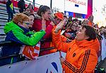 UTRECHT - bondscoach Alyson Annan (Ned) geeft high five aan de kinderen na   de Pro League hockeywedstrijd wedstrijd , Nederland-China (6-0) .  COPYRIGHT  KOEN SUYK