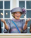 Netherlands, 21-09-2010, DEN HAAG, Prinsjesdag  Balkon scene. Koningin Beatrix lacht en gebaart om een paar ballonnen die voor het Paleis langskomen.  foto Michael Kooren/HH