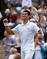 23-06-11, Tennis, England, Wimbledon, Novak Djokovic  juicht, hij gaat naar de derde ronde