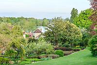 France, Cher (18), Apremont-sur-Allier, labellisé Plus Beaux Villages de France, Parc Floral d'Apremont-sur-Allier, vu depuis le haut du parc vers le village et l'Allier