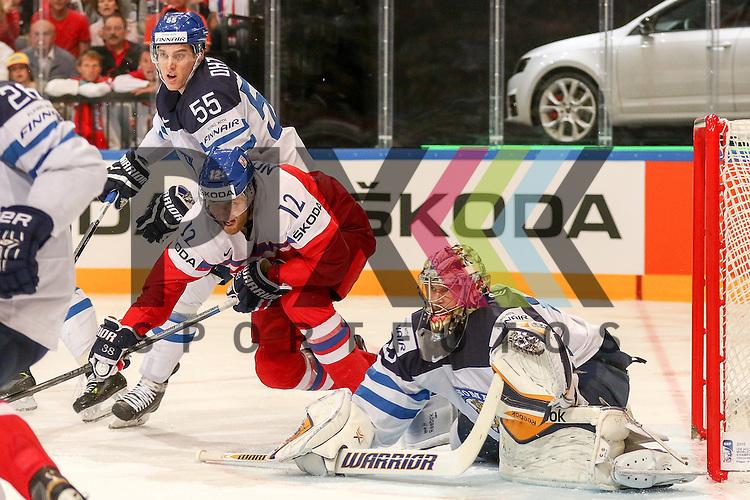 Tschechiens Novotny, Jiri (Nr.12)(Lokomotiv Yaroslavi) im Zweikampf mit Finnlands Ohtamaa, Atte (Nr.55)(Jokerit Helsiniki) mit Blick auf den Puck vor Finnlands Rinne, Pekka (Nr.35)(Nashville Predators)  im Spiel IIHF WC15 Czech Republic vs. Finland.<br /> <br /> Foto &copy; P-I-X.org *** Foto ist honorarpflichtig! *** Auf Anfrage in hoeherer Qualitaet/Aufloesung. Belegexemplar erbeten. Veroeffentlichung ausschliesslich fuer journalistisch-publizistische Zwecke. For editorial use only.