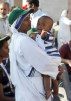 Una suora Missionaria della Carita' tiene in braccio un bambino in Piazza San Pietro in occasione della messa celebrata da Papa Francesco per la canonizzazione di Madre Teresa di Calcutta, Citta' del Vaticano, 4 settembre 2016.<br /> A nun of the Sisters of the Missionaries of Charity in St. Peter's Square keeps a child in her arms prior to the start of a mass celebrated by Pope Francis for the canonization of Mother Teresa, at the Vatican, 4 September 2016.<br /> <br /> UPDATE IMAGES PRESS/Isabella Bonotto<br /> <br /> STRICTLY ONLY FOR EDITORIAL USE