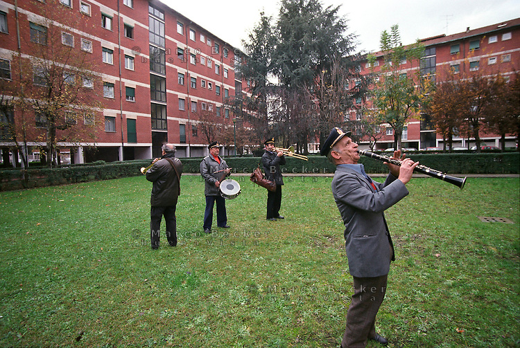 Milano, quartiere Quarto Oggiaro, periferia nord ovest. Zampognari di Avellino suonano in giro per il quartiere raccogliendo offerte dagli abitanti --- Milan, Quarto Oggiaro district, north west periphery. Pipers from Avellino play around the district collecting offers from the residents