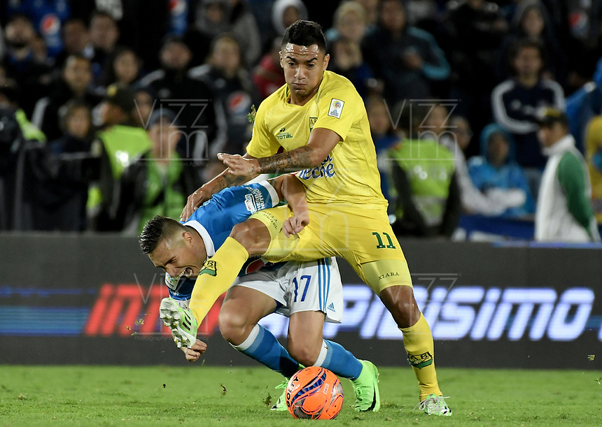 BOGOTA - COLOMBIA -04 -06-2017: Henry Rojas (Izq) jugador de Millonarios disputa el balón con Alcides Peña (Der) jugador de Atlético Bucaramanga durante partido de vuelta  partido de vuelta por los cuadrangulares finales de la Liga Aguila I 2017 jugado en el estadio Nemesio Camacho El Campin de la ciudad de Bogota. / Henry Rojas (L) player of Millonarios fights for the ball with Alcides Peña (R) player of Atletico Bucaramanga during secong leg match for the final quadrangulars of the Liga Aguila I 2017 played at the Nemesio Camacho El Campin Stadium in Bogota city. Photo: VizzorImage / Gabriel Aponte / Staff.