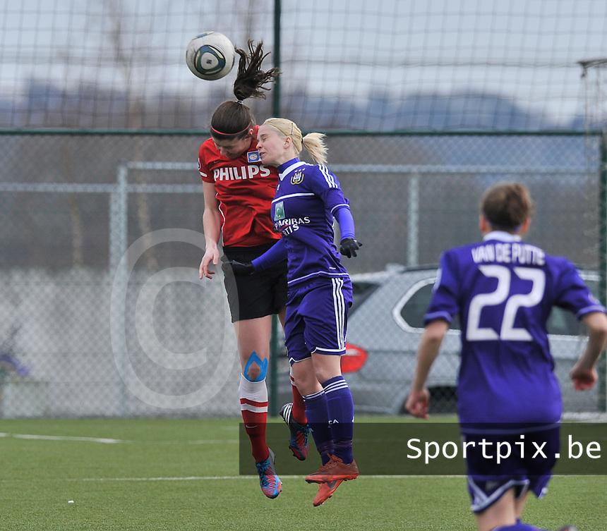 RSC Anderlecht Dames - PSV / FC Eindhoven : kopduel tussen Stephanie Van Gils (midden) en Jette van Vlerken.foto David Catry / Vrouwenteam.be