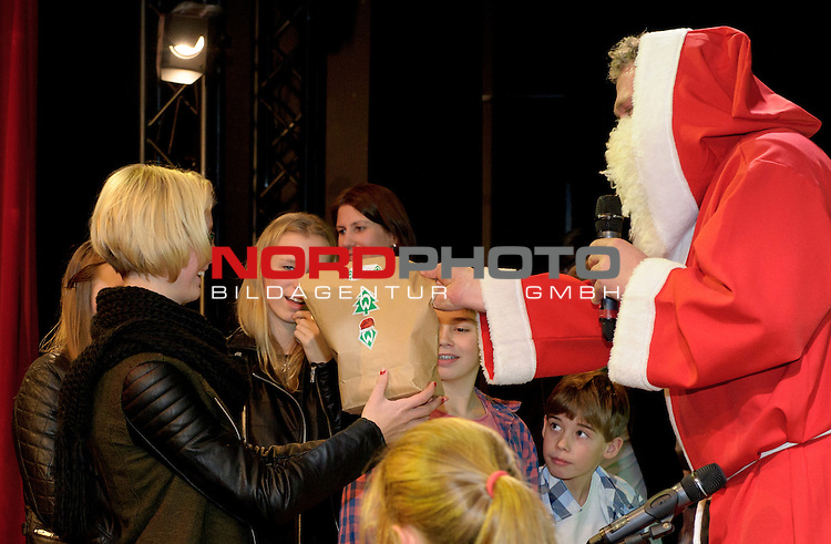 16.12.2013, GOP Variet&eacute;-Theater, Bremen, GER, Weihnachtsfeier Werder Bremen 2013, im Bild Der Weihnachtsmann verteilt Geschenke an die Kinder<br /> <br /> Foto &copy; nordphoto / Frisch