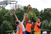 Nauheim 20.05.2017: Streetball-Turnier der Kinder- und Jugendf&ouml;rderung<br /> Kampf um den Ball<br /> Foto: Vollformat/Marc Sch&uuml;ler, Sch&auml;fergasse 5, 65428 R'heim, Fon 0151/11654988, Bankverbindung KSKGG BLZ. 50852553 , KTO. 16003352. Alle Honorare zzgl. 7% MwSt.