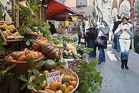 Switzerland, Ticino, Lugano (Old Town): fruit and veggies at Via Pessina | Schweiz, Tessin, Lugano (Altstadt): Obst und Gemuese Verkauf in der Via Pessina