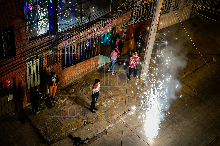 BOGOTA - COLOMBIA, 31-12-2018: Ciudadanos de Bogota en el barrio El Rincon de la localidad de Suba durante la despedida del año 2018  / Citizens of Bogota in the neighborhood El Rincon of the locality Suba during the farewell of 2018. Photo: VizzorImage / Diego Cuevas / Cont