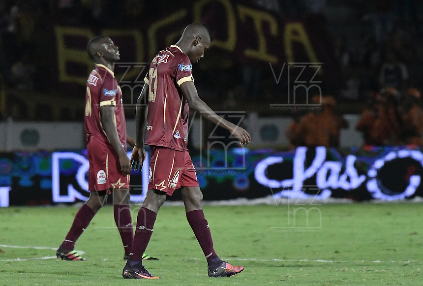 IBAGUÉ -COLOMBIA, 14-12-2016. Jugadores de Deportes Tolima reaccionan después del partido de ida por la final de la Liga Águila II 2016 jugado en el estadio Manuel Murillo Toro de Ibagué. / Players of Deportes Tolima react after the first leg match for the final of the Aguila League II 2016 played at Manuel Murillo Toro stadium in Ibague city. Photo: VizzorImage/ Gabriel Aponte / Staff