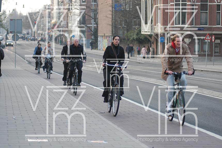 AMSTERDAM-HOLANDA. Ciclistas vanpor una cicloruta en el centro de la ciudad./ Cyclist go by a bike path in the city downtown. Photo: VizzorImage /STR