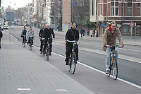 AMSTERDAM-HOLANDA. Ciclistas vanpor una cicloruta en el centro de la ciudad./ Cyclist go by a bike path in the city downtown. Photo: VizzorImage /STR