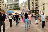 SÃO PAULO, SP, 16 DE JANEIRO DE 2012 - CLIMA TEMPO - Pancadas de chuva atingem o centro da capital, região do viaduto do Chá, na tarde desta segunda-feira,16. FOTO: ALEXANDRE MOREIRA - NEWS FREE.