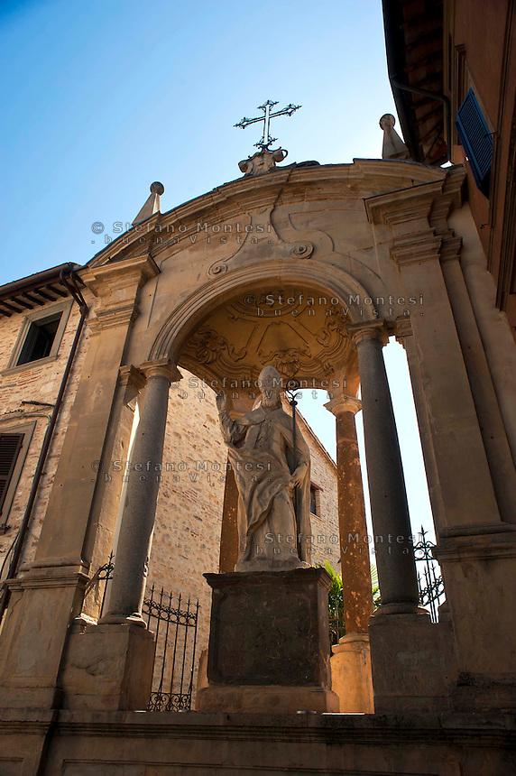 Gubbio, La statua di Sant' Ubaldo, patrono della città,  all'inizio di Corso Garibaldi