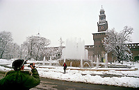 Gennaio 2009, nevicata su Milano. Turisti al Castello Sforzesco --- January 2009, snowfall in Milan. Tourists at the Sforza Castle