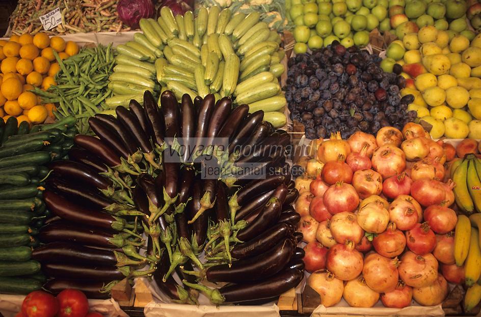 Europe/Turquie/Antalya : Marché - Assortiment de tomates, aubergines, kakis, citrons, poires, prunes et pommes