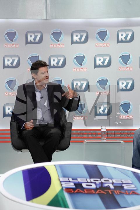 """ATENÇÃO EDITOR FOTO EMBARGADA PARA VEÍCULOS INTERNACIONAIS. SAO PAULO, 14 DE SETEMBRO DE 2012.ELEICAO SAO PAULO 2012 - SABATINA R7 - FERNANDO HADDAD. O candidato do PT a prefeitura de SP, Fernando Haddad, durante sabatina realizada pelo site R7 e pelo canal de TV Record News, na tardes desta quinta feira nos estudios da Record News na zona oeste da capital paulista. O candidato responde a perguntas de jornalistas e internautas. O apresentador Heródoto Barbeiro é o mediador da sabatina e tem ao seu lado os jornalistas Ricardo Kotscho, comentarista da Record News e blogueiro do R7, Marco Antônio Araújo, autor do blog O Provocador do R7 e Mário Simas Filho, diretor de núcleo da revista """"Isto ɔ. FOTO ADRIANA SPACA BRAZIL PHOTO PRESS"""