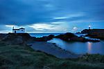 Atardecer en la Ermita de Playa de los Botes en Meiras con el faro de Valdoviño al fondo.