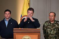 BOGOTÁ-COLOMBIA-20-01-2013 Foto facilitada por la oficina de prensa de la Presidencia de la República de Colombia en donde aparece el Presidente Juan Manuel Santos (centro) acompañado de su ministro de defensa, Juan Carlos Pinzón, y el Comandante General de las fuerzas Armadas despues del consejo de seguridad en el Palacio de Nariño en Bogotá. Santos dijo que el gobierno tomará todas las precauciones para detener cualquier alzada terrorista de las Fuerzas Armadas revolucionarias de Colombia FARC después del anuncio de la terminación unilateral de cese al fuego según expresó su vocero desde Cuba./ Handout image released by the Colombian Presidency, Colombian President, Juan Manuel santos(center), with his Defense Minister, Juan Carlos Pinzón and General Commander of Army, Alejandro Navas, after attending a security meeting at Nariño Presidencial Palace today. The President said  the government will take all precautions to stop terrorits acts after Revolutionary Armed Forces of Colombia, FARC, announced the end of unilateral ceasefire from Cuba.  Photo: VizzorImage/PRESIDENCIA- Cesar Carrión./MANDATORY EDITORIAL USE ONLY/