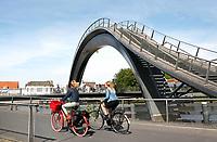 Melkwegbrug in Purmerend - juni 2018. De Melkwegbrug bestaat uit twee onderdelen: een loopbrug en een fietsbrug. De brug werd ontworpen door NEXT Architects.. Foto Berlinda van Dam / Hollandse Hoogte