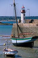Europe/France/Bretagne/22/Côtes d'Armor/Erquy: Vieux gréement et phare sur le port