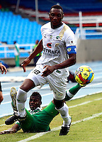 CALI - COLOMBIA -20-04-2014: Luis Calderon (Izq.) jugador de Deportivo Cali disputa el balón con Pedro Portocarrero (Der.) jugador de La Equidad durante  partido Deportivo Cali y La Equidad por la fecha 18 de la Liga Postobon I 2014 en el estadio Pascual Guerrero de la ciudad de Cali. / Luis Calderon (L) player of Deportivo Cali fights for the ball with Pedro Portocarrero (R) player of La Equidad during a match between Deportivo Cali and La Equidad for the date 18th of the Liga Postobon I 2014 at the Pascual Guerrero stadium in Cali city. Photo: VizzorImage / Juan C Quintero / Str.