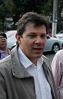 SAO PAULO, SP, 04 DE JUNHO 2012 -  FERNANDO HADDAD - O candidato do PT a prefeito de São Paulo, Fernando Haddad, durante visita a Praça Oscar da Silva, na Vila Guilherme, na zona norte de São Paulo. No local jovens reivindicam um centro cultural para a comunidade. FOTO: ADRIANA SPACA - BRAZIL PHOTO PRESS.