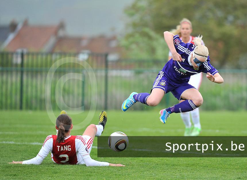 RSC Anderlecht Dames - Ajax Amsterdam : Stephanie Van Gils onderuit gehaald door Pascalle Tang (links).foto DAVID CATRY / Nikonpro.be