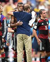 FUSSBALL WM 2014  VORRUNDE    GRUPPE G USA - Deutschland                  26.06.2014 Trainer Juergen Klinsmann (vorn) umarmt Jerome Boateng (hinten, Deutschland)