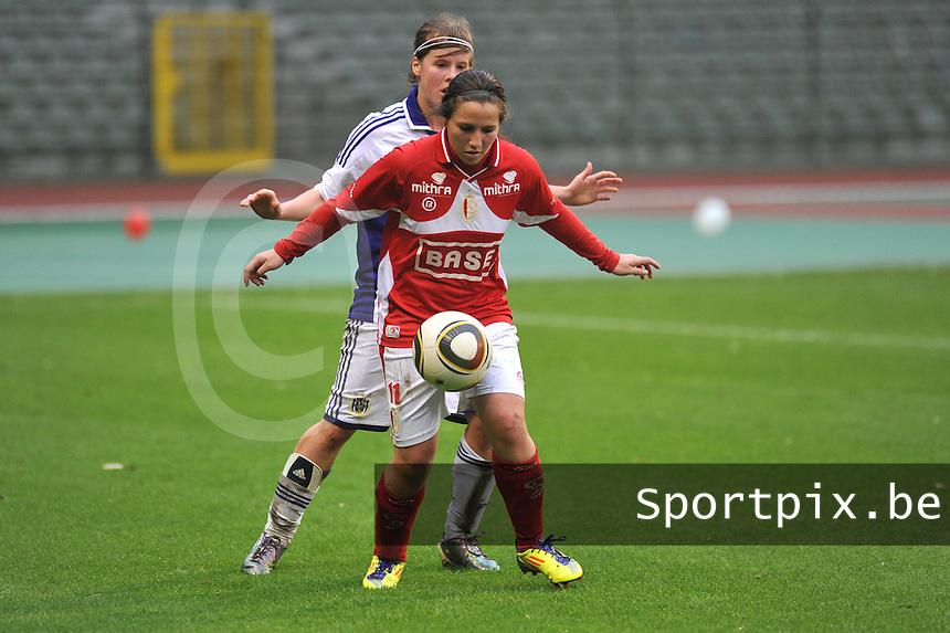 RSC Anderlecht Dames - Standard Femina de Liege : Vanity Lewerissa aan de bal voor Laura Deloose.foto JOKE VUYLSTEKE / Vrouwenteam.be
