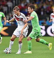 FUSSBALL WM 2014                ACHTELFINALE Deutschland - Algerien               30.06.2014 Toni Kroos (li, Deutschland) gegen Mehdi Mostefa (re, Algerien)