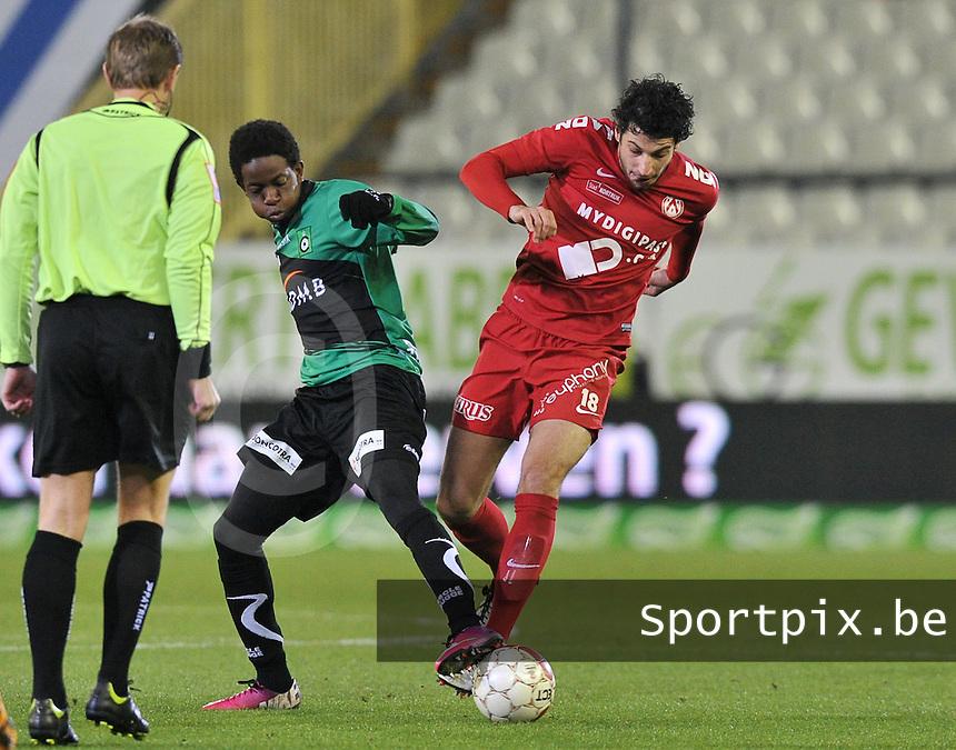 Cercle Brugge - KV Kortrijk : duel tussen Mario Carevic (rechts) en Mushaga Bakenga (links).foto VDB / BART VANDENBROUCKE
