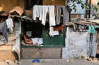 INDIA Westbengal Calcutta Kolkata, homeless people at Elgin Road / INDIEN Westbengalen Megacity Kalkutta, obdachlose Menschen schlafen am Strassenrand der Elgin Road