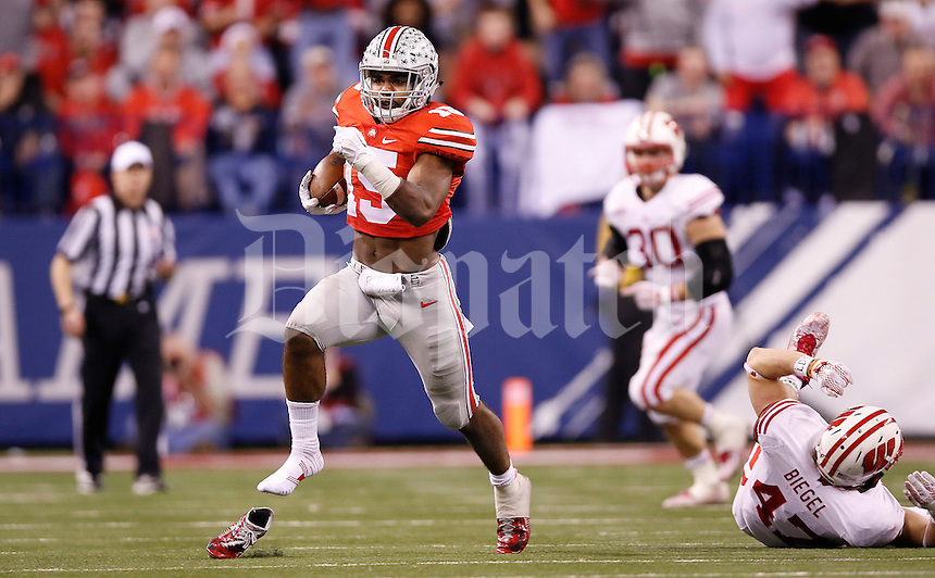 Ohio State Buckeyes running back Ezekiel Elliott (15) runs out of his shoe in the fourth quarter of the Big Ten Championship game between the Ohio State Buckeyes and the Wisconsin Badgers at Lucas Oil Stadium in Indianapolis, Saturday night, December 6, 2014. (The Columbus Dispatch / Eamon Queeney)