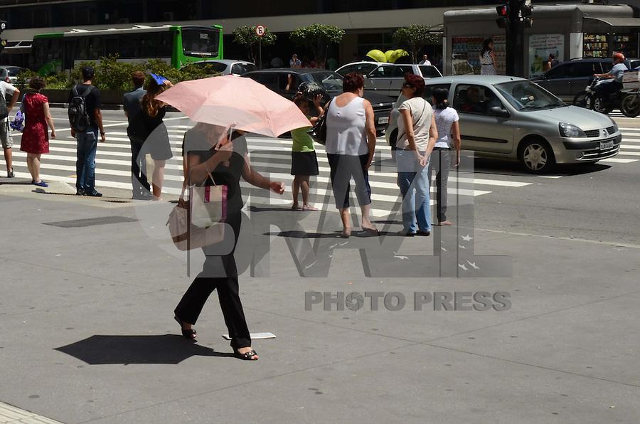 SÃO PAULO, SP, 02 DE FEVEREIRO DE 2012 - CLIMA TEMPO - Clima quente e ensolarado nesta quinta-feira na capital, região da Avenida Paulista. FOTO: ALEXANDRE MOREIRA - NEWS FREE.
