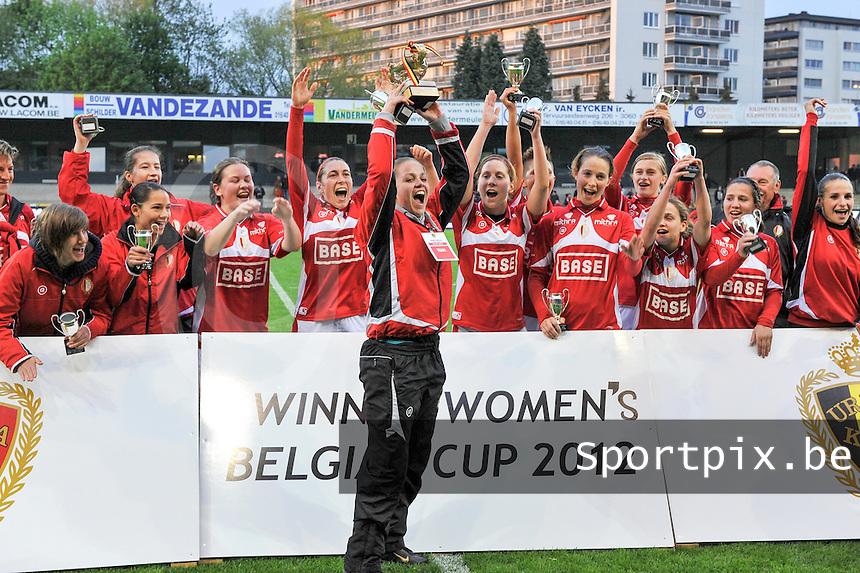 Bekerfinale 2012 : WD Lierse SK - Standard Femina :.Riete Loos steekt de beker de hoogte in.foto David Catry / Joke Vuylsteke / Vrouwenteam.be