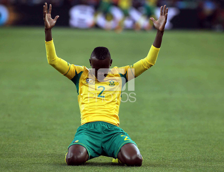 SOCCER/FUTBOL..WORLD CUP 2010..VIERNES HISTORICO..Action photo of Siboniso Gaxa of South Africa, during game of the World Cup 2010 South Africa at the Soccer City stadium of Johannesburg, South Africa./Foto de accion de Siboniso Gaxa de Sudafrica, durante juego de la Copa del Mundo Sudafrica 2010 en el Soccer City stadium de Johannesburgo, Sudafrica. 11 June 2010 MEXSPORT/DAVID LEAH