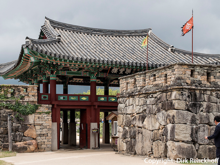 Eingangstor zum Folk-village Naganneupsong-ehemalige Festung, Provinz Jeollanam-do, S&uuml;dkorea, Asien<br /> Gate to Folk-village Naganneupsong-, a former fortress, province Jeollanam-do, South Korea, Asia
