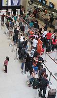 RIO DE JANEIRO, RJ, 20.12.2013 - MOVIMENTAÇÃO VESPERA DE NATAL AEROPORTO SANTOS DUMONT RJ - Movimentação de passageiros no aeroporto Santos Dumont nessa sexta feira véspera de final de semana e do feriado de natal Rio de Janeiro nessa sexta, 20. (Foto: Levy Ribeiro / Brazil Photo Press)