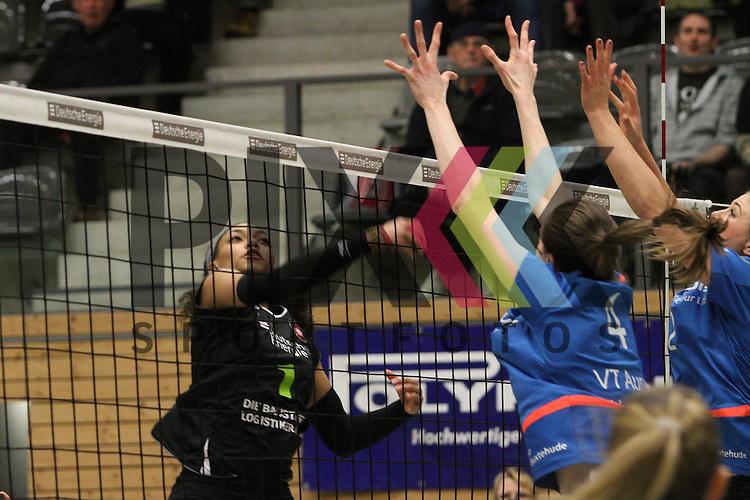 Koepenicks Janisa Johnson am Netz  beim Spiel in der Volleyball Frauen 1. Bundesliga Pre Play Offs, Koepenicker SC Berlin  - VT Aurubis Hamburg .<br /> <br /> Foto &copy; PIX-Sportfotos *** Foto ist honorarpflichtig! *** Auf Anfrage in hoeherer Qualitaet/Aufloesung. Belegexemplar erbeten. Veroeffentlichung ausschliesslich fuer journalistisch-publizistische Zwecke. For editorial use only.