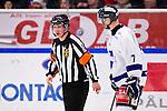 Södertälje 2013-02-02 Ishockey Allsvenskan , Södertälje SK - BIK Karlskoga :  .Domare Christoffer Karlsson diskuterar med BIK Karlskoga 7 Fredrik Ericsson .(Byline: Foto: Kenta Jönsson) Nyckelord: