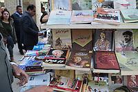 Stadtansicht von Erbil.<br /> Arbil oder Erbil ist die Hauptstadt und zugleich auch der Sitz der Regierung der Autonomen Region Kurdistan im Irak.<br /> Im Bild: Im Basar werden Buecher ueber Adolf Hitler, Che Guevarra, Albert Einstein und Peter Ustinow verkauft.<br /> 19.12.2014, Erbil/Autonome Kurdische Region/Irak<br /> Copyright: Christian-Ditsch.de<br /> [Inhaltsveraendernde Manipulation des Fotos nur nach ausdruecklicher Genehmigung des Fotografen. Vereinbarungen ueber Abtretung von Persoenlichkeitsrechten/Model Release der abgebildeten Person/Personen liegen nicht vor. NO MODEL RELEASE! Nur fuer Redaktionelle Zwecke. Don't publish without copyright Christian-Ditsch.de, Veroeffentlichung nur mit Fotografennennung, sowie gegen Honorar, MwSt. und Beleg. Konto: I N G - D i B a, IBAN DE58500105175400192269, BIC INGDDEFFXXX, Kontakt: post@christian-ditsch.de<br /> Bei der Bearbeitung der Dateiinformationen darf die Urheberkennzeichnung in den EXIF- und  IPTC-Daten nicht entfernt werden, diese sind in digitalen Medien nach &sect;95c UrhG rechtlich geschuetzt. Der Urhebervermerk wird gemaess &sect;13 UrhG verlangt.]