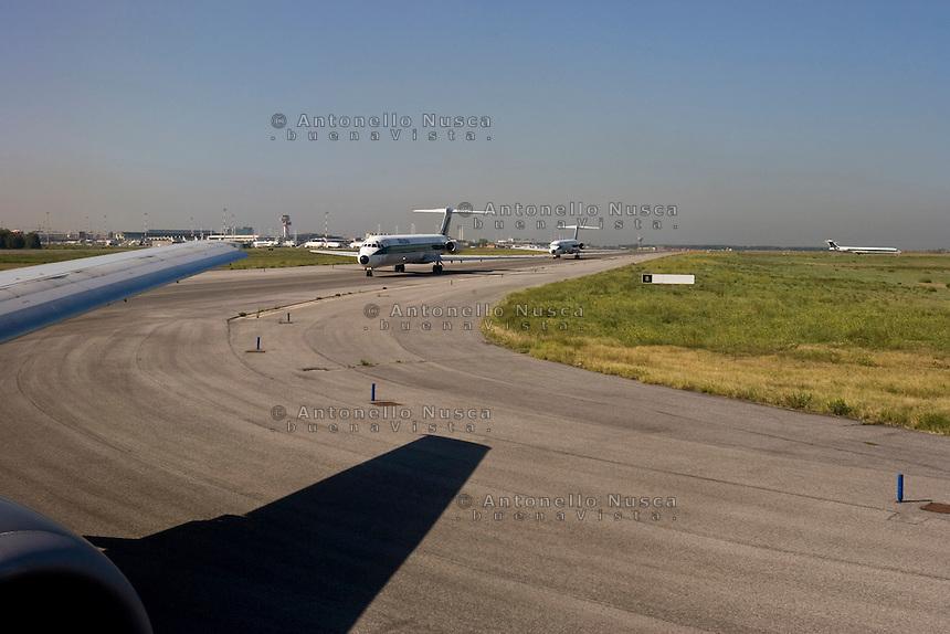 Aerei dell'Alitalia in attesa di decollare dall'aeroporto Leonardo da Vinci