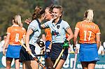 BLOEMENDAAL  - Laurien Leurink (Laren) heeft gescoord . links Fabienne Roosen.  Hoofdklasse competitie dames, Bloemendaal-Laren (1-5) FOTO KOEN SUYK
